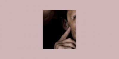 Ein Mann flüstert seinem Paten ins Ohr
