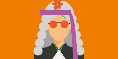 Eine Richter*in mit Hippie-Brille und Blume im Haarband