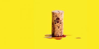 Ein Korken mit einem Totenkopf darauf auf gelbem Hintergrund