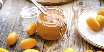 Kumquat-Marmelade im Glas auf Holztisch
