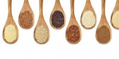 Eine Auswahl verschiedener glutenfreier Getreide auf Holzlöffeln präsentiert