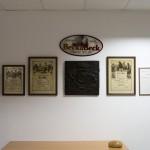 Eine Wand voller Meisterbriefe verschiedener Generationen Bäcker Beck